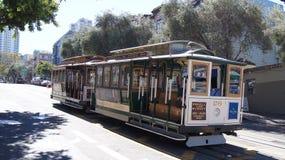 SAN FRANCISCO, los E.E.U.U. - 5 de octubre de 2014: Teleférico de la calle, un modo icónico de transporte en California Fotos de archivo libres de regalías