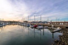 San Francisco Marina Yacht Harbor på solnedgången - San Francisco, Kalifornien, USA Royaltyfri Bild