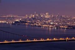 San Francisco nachts mit Golden gate bridge Stockfotos