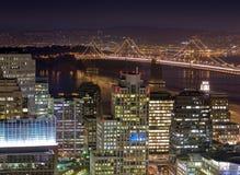 San Francisco och fjärdbron på skymning Arkivfoto