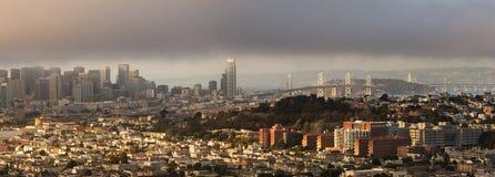 San Francisco Panorama en tarde de niebla del verano Foto de archivo libre de regalías