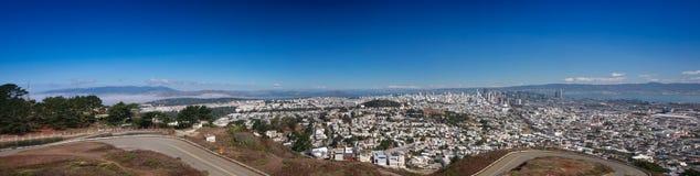 San Francisco panoramautsikt från den tvilling- maximumsynvinkeln Royaltyfria Bilder