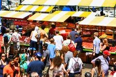 San Francisco Pier 39 visitantes en el soporte de fruta del mercado del granjero Foto de archivo libre de regalías