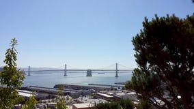 San Francisco Piers y puente de la bahía durante día imagen de archivo libre de regalías