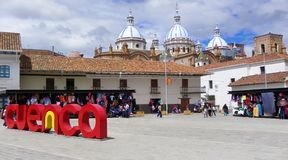 San Francisco Plaza na cidade histórica Cuenca do centro, Equador foto de stock royalty free