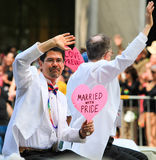 San Francisco Pride Parade Gay Married Couple Wavi Stock Foto's