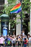 San Francisco Pride Parade Route Viewers et drapeau Photographie stock libre de droits