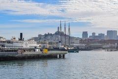 San Francisco schronienie w Fisherman&-x27; s nabrzeża okręg na słonecznym dniu obrazy stock