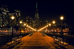San Francisco Skyline do cais 7 na noite fotos de stock