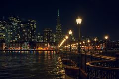 San Francisco Skyline du pilier 7 la nuit photographie stock libre de droits