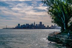 San Francisco Skyline från Alcatraz royaltyfri fotografi