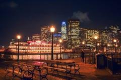 San Francisco Skyline från pir 7 på natten royaltyfri fotografi