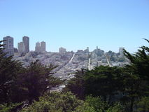 San Francisco Skyline med ljus blå himmel arkivfoton