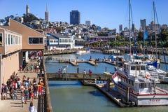 San Francisco Skyline und Jachthafen des Pier-39 Stockbilder
