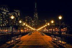 San Francisco Skyline van Pijler 7 bij nacht stock foto's