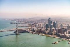 San Francisco Skyline y bahía tiende un puente sobre según lo visto del helicóptero Imagenes de archivo