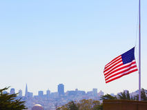 San Francisco som är dimmigt med Förenta staternaflaggan fotografering för bildbyråer