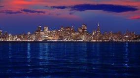San Francisco-Sonnenuntergangskyline in Kalifornien mit Reflexion im Buchtwasser stock video