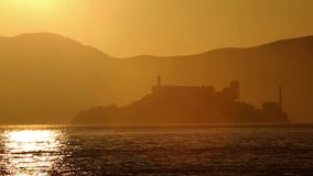 San Francisco-Sonnenuntergangskyline in Kalifornien mit Reflexion im Buchtwasser stock footage