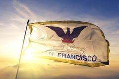 San Francisco-Stadt des Flaggentextilstoffgewebes Vereinigter Staaten, das auf den Spitzensonnenaufgangnebelnebel wellenartig bew lizenzfreie stockfotografie