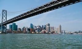 San Francisco-Stadt scape von unterhalb der Bucht-Brücke Stockbild