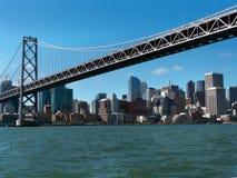 San Francisco-Stadt scape von unterhalb der Bucht-Brücke Lizenzfreie Stockfotografie