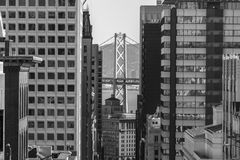 San Francisco Towers et pont de baie noir et blanc Photos libres de droits