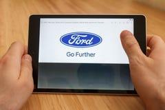 SAN FRANCISCO, US - 1. April 2019: Abschluss bis zu den Händen, die Tablette unter Verwendung des Internets halten und durch Ford lizenzfreie stockbilder