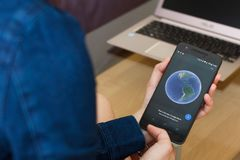 SAN FRANCISCO, USA - 22 avril 2019 : Fin jusqu'aux mains femelles tenant le smartphone utilisant l'application de Google Earth, S photographie stock libre de droits