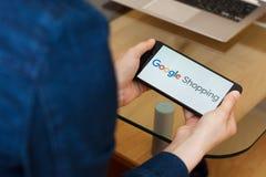 SAN FRANCISCO, USA - 22 avril 2019 : Fin jusqu'aux mains femelles tenant le smartphone utilisant le service de Google Shopping, S photos libres de droits
