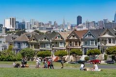 San Francisco USA - Juli 17, 2017 - målade damer i San Franci royaltyfria foton