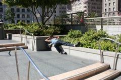 San Francisco USA - 11 Juni 2010 Hemlös filosof som vilar i solen Hemlös på gatan Royaltyfria Foton