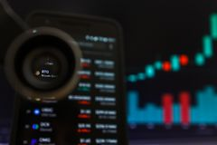 SAN FRANCISCO, USA - 9 2019 Maj: Wykres Wzrastający trend BTG Bitcoin złoto Cryptocurrency r zdjęcia stock