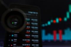 SAN FRANCISCO, USA - 9 2019 Maj: Wykres Wzrastający trend NEO Cryptocurrency Ilustracja Zielonych ?wieczek Pr?towy d?wiganie zdjęcie stock