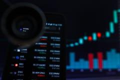 SAN FRANCISCO, USA - 9 2019 Maj: Wykres Wzrastający trend STORJ Cryptocurrency Ilustracja Zielonych ?wieczek Pr?towy d?wiganie zdjęcia stock