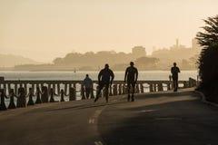 SAN FRANCISCO USA - OKTOBER 12, 2018: Folk som åker skridskor och kör nära torpedhamnplats- och fortpunkt San Francisco fotografering för bildbyråer
