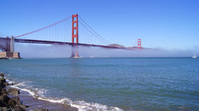 SAN FRANCISCO, USA - 5. Oktober 2014: Golden gate bridge mit schwerem Nebel oder Nebel, wie vom Fort-Punkt gesehen Lizenzfreies Stockfoto