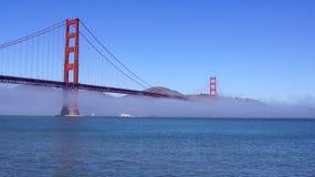 SAN FRANCISCO, USA - 5. Oktober 2014: Golden gate bridge mit schwerem Nebel oder Nebel, wie vom Fort-Punkt gesehen Lizenzfreie Stockfotos