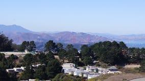 SAN FRANCISCO, USA - 4. Oktober 2014: Golden gate bridge mit SF-Stadt im Hintergrund, gesehen von den Doppelspitzen Lizenzfreie Stockfotografie