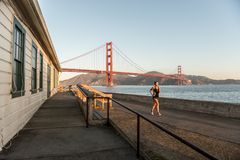 SAN FRANCISCO USA - OKTOBER 12, 2018: Kvinnaspring nära fortpunkt med Golden gate bridge i bakgrunden royaltyfri foto