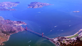 SAN FRANCISCO USA - OKTOBER 4th, 2014: en flyg- sikt av golden gate bridge och i stadens centrum sf som tas från en nivå Royaltyfri Foto