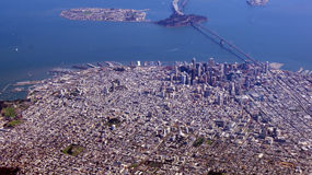 SAN FRANCISCO USA - OKTOBER 4th, 2014: en flyg- sikt av golden gate bridge och i stadens centrum sf som tas från en nivå Arkivfoto
