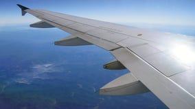 SAN FRANCISCO USA - OKTOBER 4th, 2014: sikt från en flygplanilluminationsenhet med jord och vingen, antenn Arkivfoton