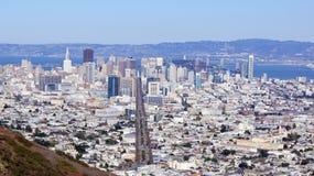 SAN FRANCISCO USA - OKTOBER 4th, 2014: Sikt längs marknadsgatan i i stadens centrum SF som ses från tvilling- maxima Royaltyfri Bild