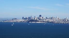 SAN FRANCISCO USA - OKTOBER 4th, 2014: Sikten av i stadens centrum skyskrapacityscape med lite seglar kängaskepp Royaltyfria Bilder