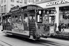 San Francisco, Vereinigte Staaten - Drahtseilbahn-Tram Powell-Hyde ist berühmte Touristenattraktion stockfotos