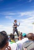 San-Francisco-vereinigte Zustände, am 13. Juli 2014: Positiver kaukasischer männlicher Straßen-Künstler Performing Outdoors Stockfoto