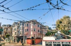 San Francisco victorianstil och tråd som är elektriska netto för kabel Fotografering för Bildbyråer