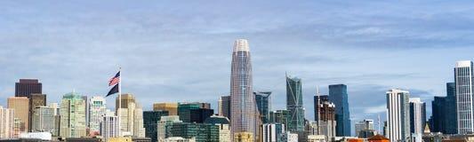 San Franciscos im Stadtzentrum gelegene Skyline mit Altbauten auf der linken Seite, gegen Neue auf der rechten Seite stockfotografie