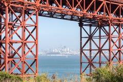 San Fransisco śródmieście w Mgławym lecie Obramiającym Golden Gate Bridge Zdjęcia Royalty Free